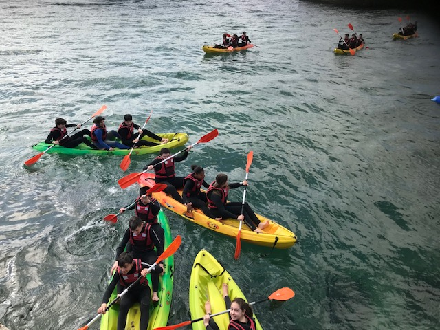 Alumnos do CEIP CEIP Jose María Lage de Ortigueira e do IES Monte Castelo de Burela, participaron na campaña escolar de Mares de Cultura. Os Nenos e o Mar